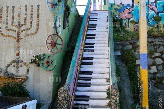 Уличная лестница в виде пианино
